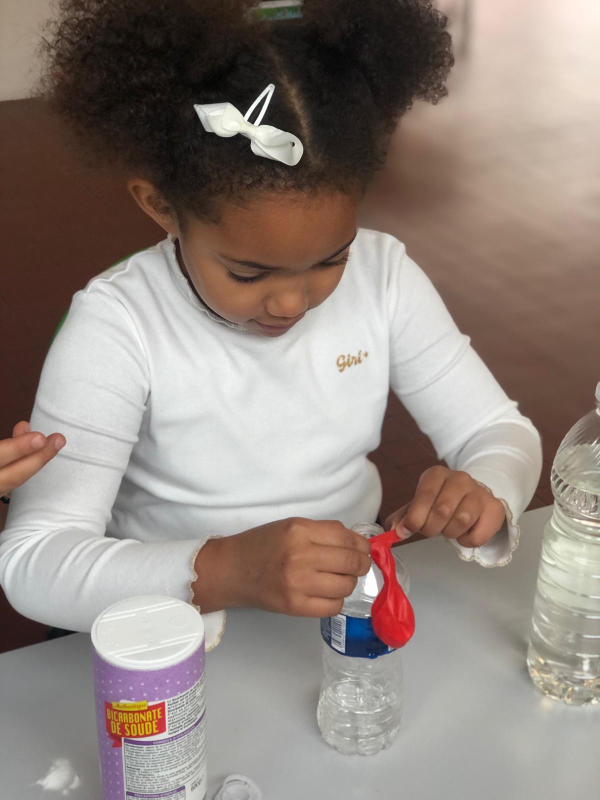 Réaliser une expérience scientifique enfant